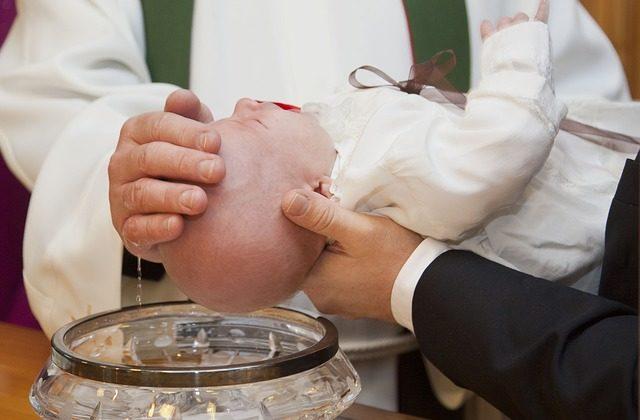 mantener al bebé calmado durante el bautizo