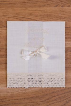 Toalla de bautizo en lino bordada